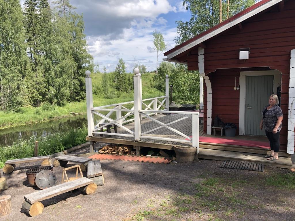 Hiitolanjoen pyöräretkellä saunotaan vanhassa rajavartiolaitoksen saunassa