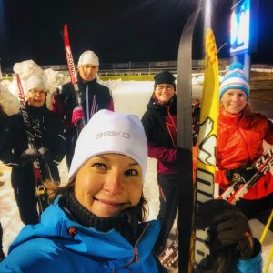 iloisia hiihtokurssilaisia