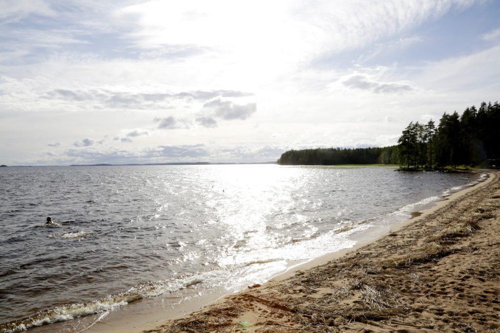 Upea hiekkaranta houkuttelee uimaan majapaikassa.