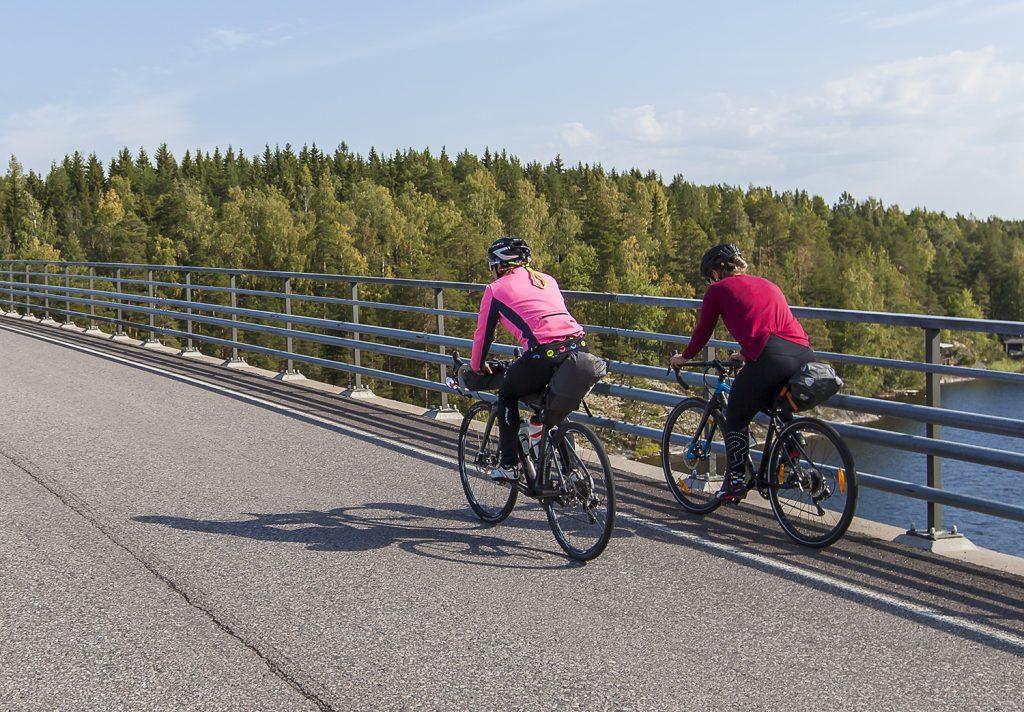 Discover Saimaa | pyöräilijät sillalla