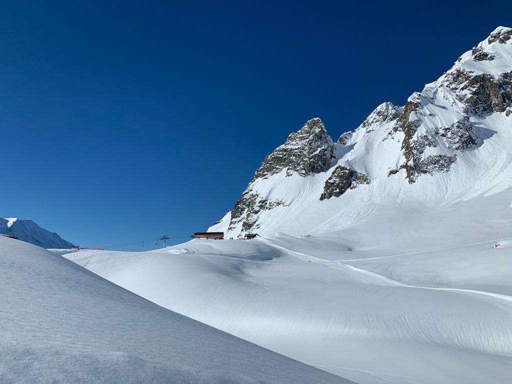Italiassa lumihuippuisia vuoria