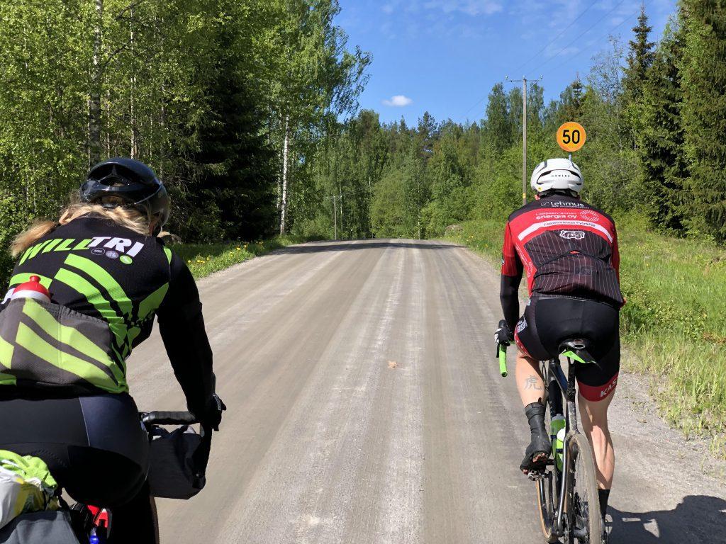 Discover Saimaa, gravel-pyöräilijät hiekkatiellä